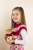 Junge mädchen mit teddybär mit spielzeug-herz — Stockfoto