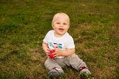 Açık havada elma bebekle — Stok fotoğraf