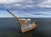 Rusty remains of a sunken ship — Stock Photo