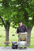 Unidentified musician plays on barrel organ at the market on May 14, 2014 in Tbilisi, Georgia — Stock Photo