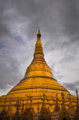 Shwedagon Pagoda shining in the beautiful sunset in Yangon, Myan — Foto de Stock