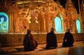 Üç rahipler shwedagon pagoda şehirde yangon, Myanmar (myanmar) — Stok fotoğraf