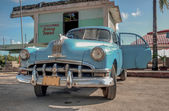 CUBA PIGS BAY-JANUARY 5:Vintage american car at the beach — Stock Photo