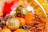 Gold Christmas ball in the basket with fruits — Stockfoto