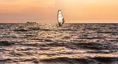Planche à voile dans la mer avant la tempête — Photo