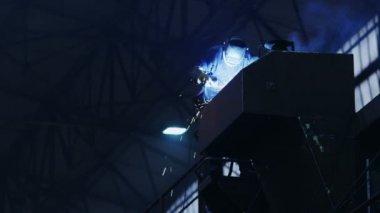 Trabajador de la industria pesada en fábrica de construcción de soldadura — Vídeo de Stock