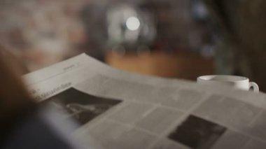 Man leest de krant en drinken koffie thuis — Stockvideo