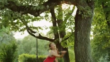 Chica bonita jugar bádminton en la naturaleza. — Vídeo de Stock
