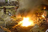 Travailleurs graver quelque chose dans la cour arrière de l'usine — Photo