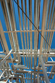 Travailleurs s'adressent pour l'équipement dans l'atelier de production en acier — Photo