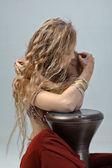 Hermosa chica en traje de este sentado con un tambor — Foto de Stock