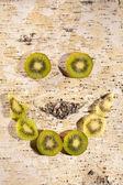 Kiwi-scheiben werden in ein lächeln angeordnet — Stockfoto
