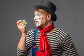 Гримас клоун с кубик Рубика — Стоковое фото