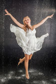 Garota loira de vestido no estúdio de água — Fotografia Stock