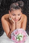 Bruid in witte jurk in water studio — Stockfoto