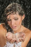 Bride posing under the rain — ストック写真