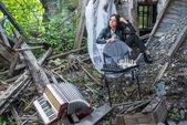 Mulher bonita com acordeão e xadrez — Fotografia Stock