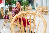 Brunett kvinna vilar i café — Stockfoto