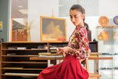 Beautiful woman in gallery — Foto Stock