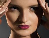 красивое молодое лицо женщины — Стоковое фото