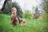 タンポポのフィールドでの女の子 — ストック写真