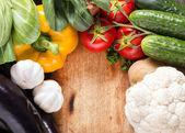 Grönsaker på trä bakgrund — Stockfoto