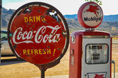 Retro gas pump and rusty coca-cola sign on route 66 — Stock Photo