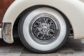 Vintage tire on the Auburn 851 Supercharged speedster — Stock Photo