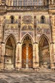 Södra porten till st.vitus katedralen i Prag, Tjeckien南部的 st.vitus 大教堂在布拉格,捷克共和国的大门. — 图库照片