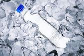 Garrafa de água, cubo de gelo — Fotografia Stock