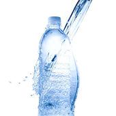 Garrafa de água e respingos de água — Fotografia Stock