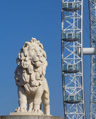Lion Sculture and the London Eye — Stock Photo