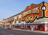 Honest EDS Department Store During the Day — Stock Photo
