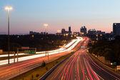 Lehké sjezdovky na dálnici za soumraku — Stock fotografie