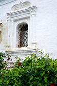 Janela barrada - detalhe de uma antiga igreja branca — Fotografia Stock