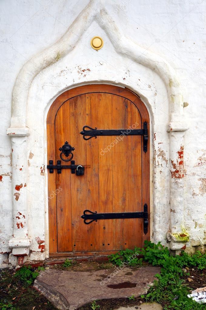 Geschlossene holztür  Geschlossene Holztür - Detail der alten weißen Kirche — Stockfoto ...