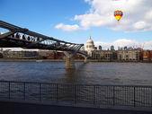 Millenniam bridge — Stock Photo