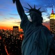 The Statue of Liberty and Manhattan Skyline — ストック写真