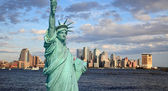 The Statue of Liberty and Lower Manhattan Skyline — Stock Photo
