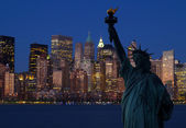 The Statue of Liberty and Manhattan Skyline — Stock Photo