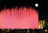 Les magnifiques fontaines dans la nuit à barcelone — Photo