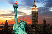 The Statue of Liberty and New York City skyline — Stock Photo
