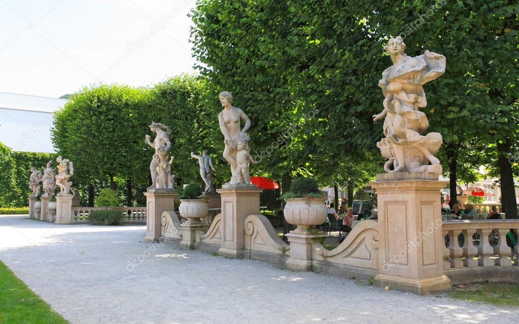 Las estatuas en el jard n del palacio de mirabell fotos for Estatuas jardin