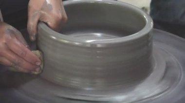 Две руки литье глины в Ваза — Стоковое видео