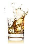 Whisky aus dem glas mit eiswürfeln, die isoliert auf whi plantschen — Stockfoto
