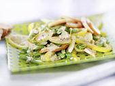 Aardappelsalade met dressing geserveerd op een plaat — Stockfoto