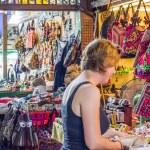 Shopping at Thachang market — Stock Photo