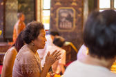 BANGKOK, THAILAND - October 3 : Thai Buddhist woman respect to B — Stockfoto