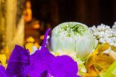 Lotus a nějaké květiny pro buddha rituál bangkok thajsko — Stock fotografie