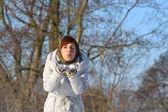 Mladá žena v šátku — Stock fotografie